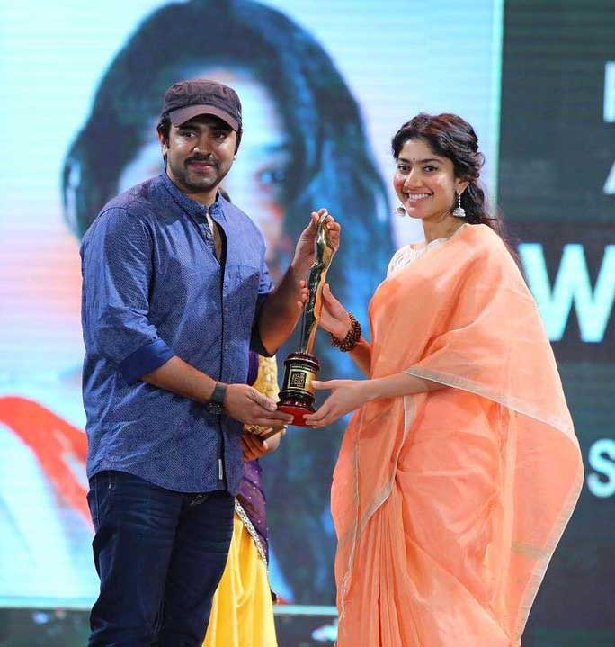 sai Pallavi Receiving Award in hands of Nivin Pauly