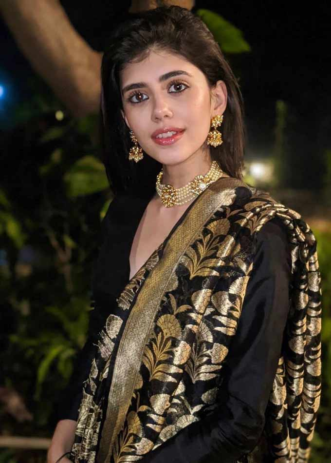 Sanjana Sanghi's Wiki, Age, Height, Physical Appearance, Husband, Boyfriend, Family, Relationship, Biography, Facts, Photos, Videos & More